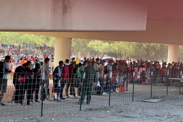 Des milliers de migrants campent sous un pont du Texas)