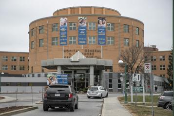 Fermeture de deux salles d'opération à l'Hôpital général du Lakeshore «Le personnel est à bout de souffle» )