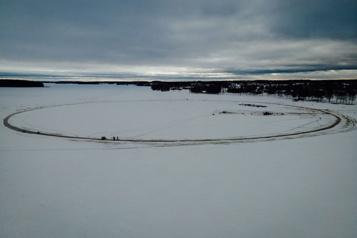 Des Finlandais construisent le plus grand «manège de glace» au monde)