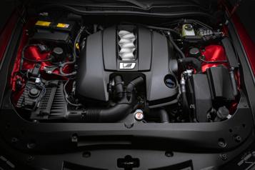 La Lexus IS regarde dans le rétroviseur ens'offrant un V8)