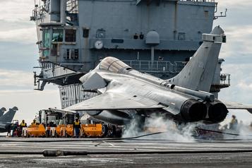 Emmanuel Macron envoie un porte-avions contre l'EI et une pique au Canada