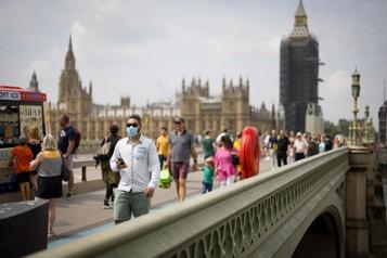 COVID-19 Boris Johnson exhorte à la prudence malgré une baisse des cas)