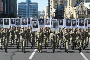 L'Arménie et l'Azerbaïdjan pleurent leurs morts un an après la guerre)