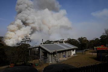 Australie: le vent provoque la jonction de deux énormes brasiers
