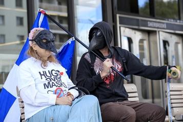 Des manifestants s'opposent à l'urgence sanitaire)