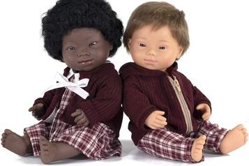 De jolies poupées aux traits typiques de la trisomie 21)