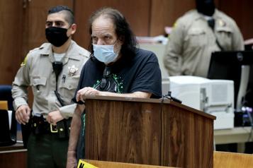 L'acteur porno Ron Jeremy inculpé de viols et agressions sur 21victimes)