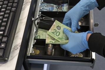 Les ventes au détail au Canada ont reculé de 10% en mars)