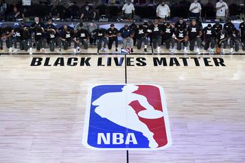 Les joueurs genou à terre contre le racisme pour la reprise de la NBA)