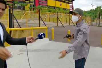 Un journaliste équatorien braqué durant un reportage)