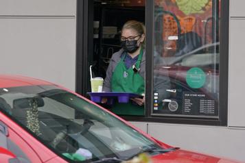 La pandémie continue de peser sur les ventes de Starbucks)