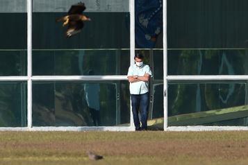 La quarantaine de Jair Bolsonaro se prolonge)