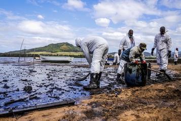 Île Maurice: le temps presse pour pomper le carburant du bateau échoué)