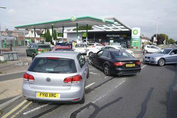 Les pénuries d'essence s'aggravent au Royaume-Uni)