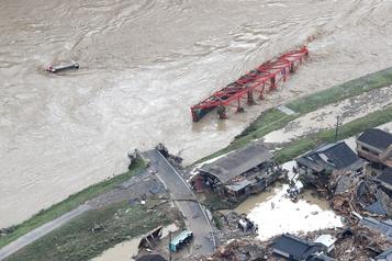 Deux morts et 16décès présumés dans des pluies diluviennes au Japon)