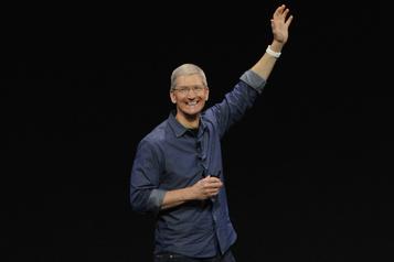 Le patron d'Apple Tim Cook devient milliardaire)