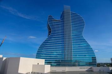 Un immense hôtel en forme de guitare en Floride