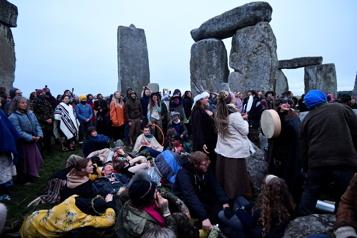 Solstice d'été Des fêtards ignorent l'ordre de ne pas célébrer à Stonehenge)