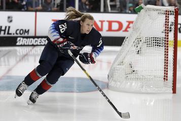 Une première femme instructeure au développement des joueurs chez les Blackhawks)