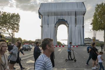 Premier «déroulé de tissu» pour l'empaquetage de l'Arc de Triomphe)