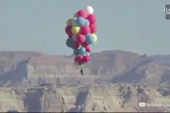 Un vol à plus de 7000 mètres d'altitude accroché à des ballons)