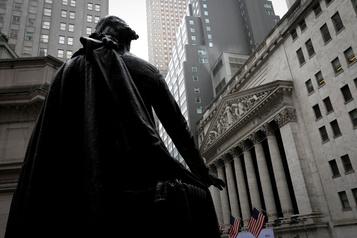 Wall Street hésite entre inquiétudes politiques et prouesses technologiques)