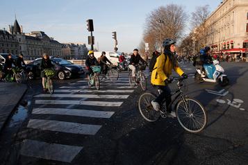 Grèves des transports à Paris: les touristes à pied, en vélo ou en trottinette