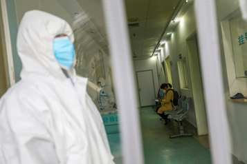 Coronavirus: un mort à Pékin, menace «élevée» au niveau mondial
