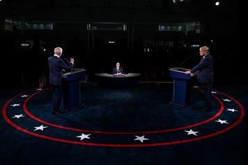 Trump refuse de condamner les suprémacistes blancs dans un débat chaotique)