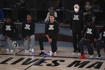 L'entraîneur des Spurs Gregg Popovich reste debout pendant l'hymne)