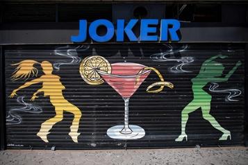 L'Espagne ferme les discothèques et multiplie les restrictions)