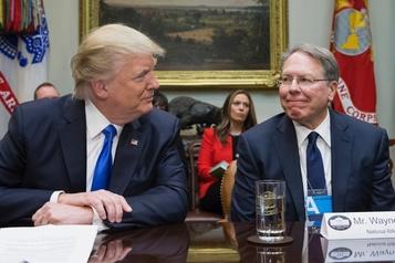 Persuadé par la NRA, Trump ne bougera pas sur les armes à feu