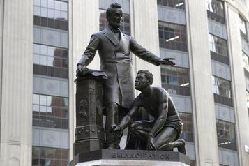 Boston retirera la statue d'un esclave libéré à genou devant Lincoln)