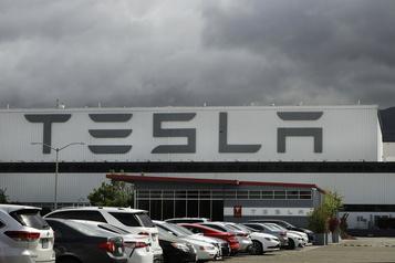 COVID-19: des travailleurs dénoncent Tesla)