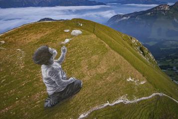 Une fresque géante au sommet d'une montagne en Suisse)