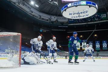 Les Canucks infligent un revers de 4-2 aux Leafs)
