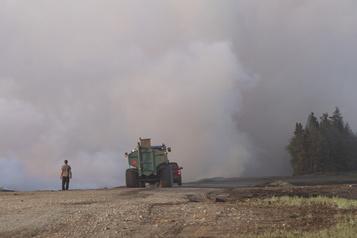 La lutte contre le feu se poursuit à Rivière-Ouelle)