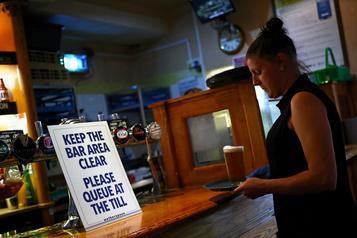 Les pubs britanniques dans la tourmente avec les restrictions sanitaires)