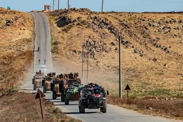 Des Kurdes lancent des cailloux sur une patrouille russo-turque