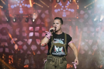 Autriche: un rockeur en culotte de peau électrise les foules