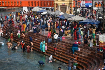 Des milliers d'hindous au bord du Gange pour Kumbh Mela, malgré la COVID-19)