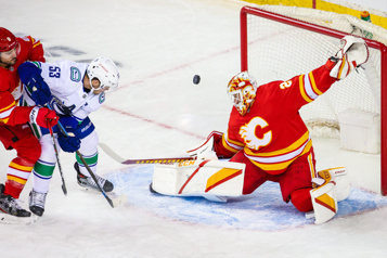 Calgary 3 — Canucks 0 Jacob Markstrom blanchit ses anciens coéquipiers)