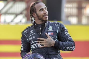 Un an de plus chez Mercedes pour Hamilton)