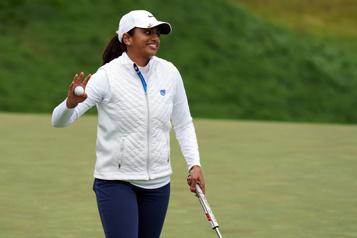 Omnium féminin des États-Unis Une golfeuse amateur tout près de la tête)