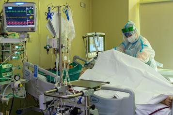 Un Britannique infecté pendant 10 mois à la COVID-19)