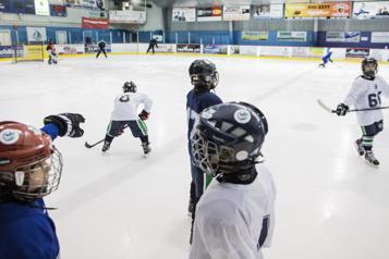 Les équipes complètes seront permises dans le hockey mineur)