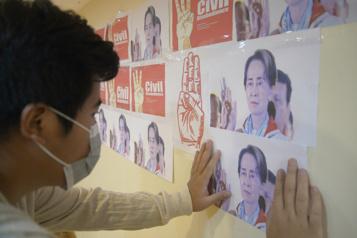 Birmanie Aung San Suu Kyi amorce un quatrième mois en détention)