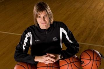 Basketball Canada Lisa Thomaidis quitte son poste d'entraîneuse-chef de l'équipe féminine nationale)