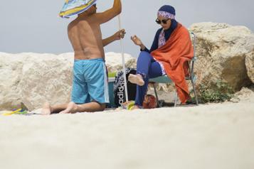 France Des femmes réclament l'accès à la piscine en burkini)
