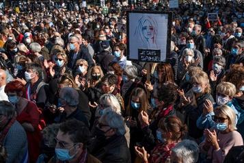 À travers la France Des dizaines de milliers de personnes rendent hommage à l'enseignant tué)